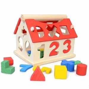 صورة لقسم لعب خشبية